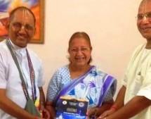 """Ciudadana Presidente del Parlamento de la India recibe el Bhagavad-Gita """"tal como es"""""""
