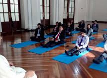 El Congreso Colombiano hace yoga contra el estrés.