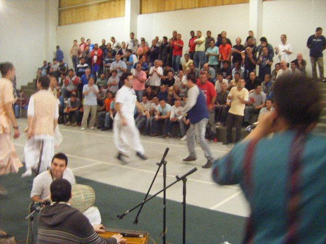 Prisioneros empiezan a danzar junto a los devotos