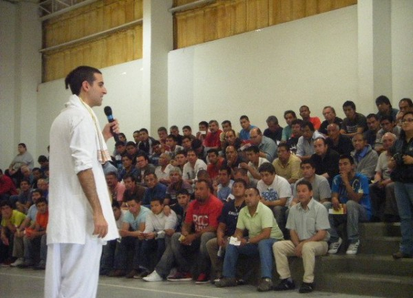 Prisión en Chile, devotos cantan Hare Krishna…