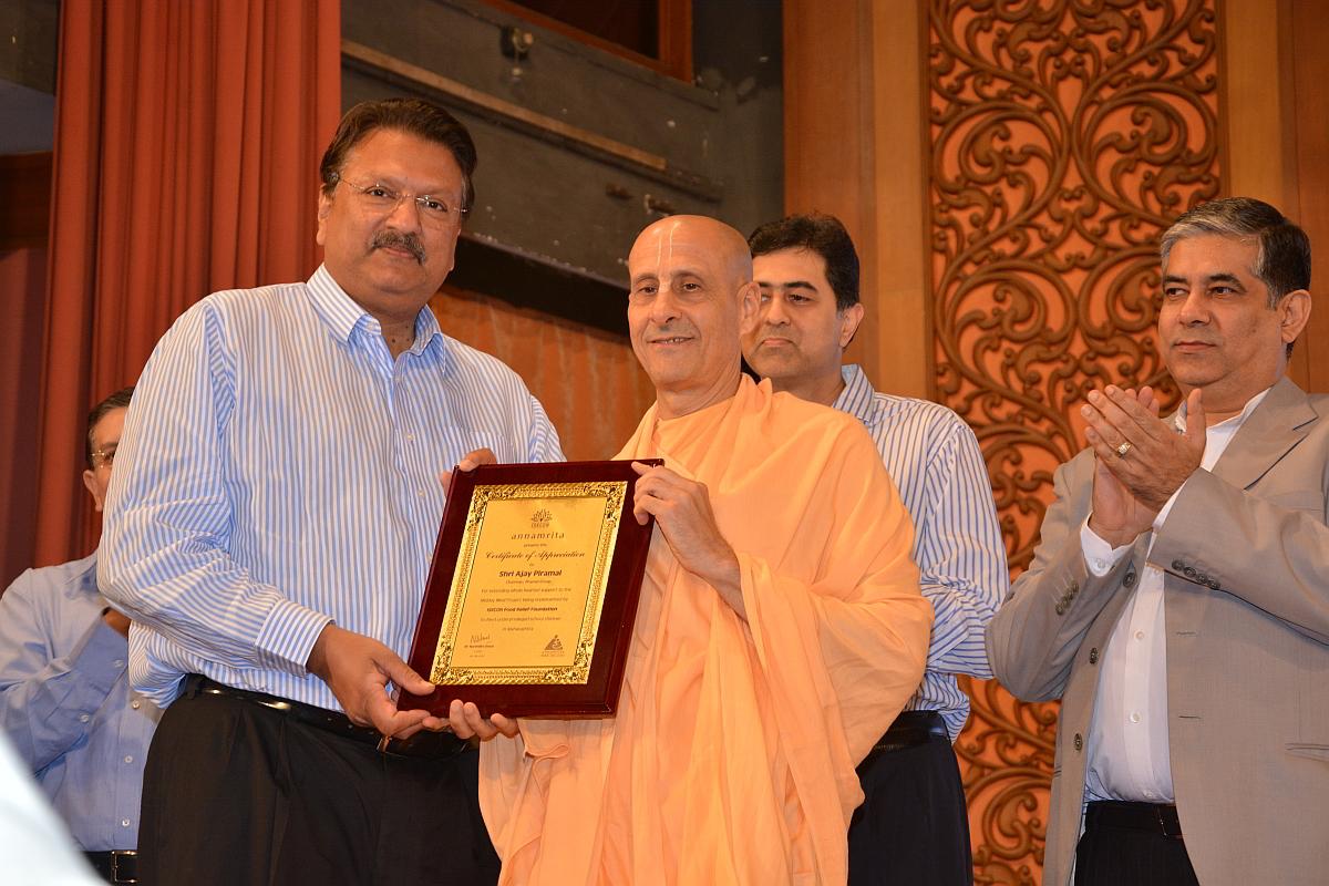 Uno de los donantes mayores Ajay Piramal es reconocido por Radanatha swami