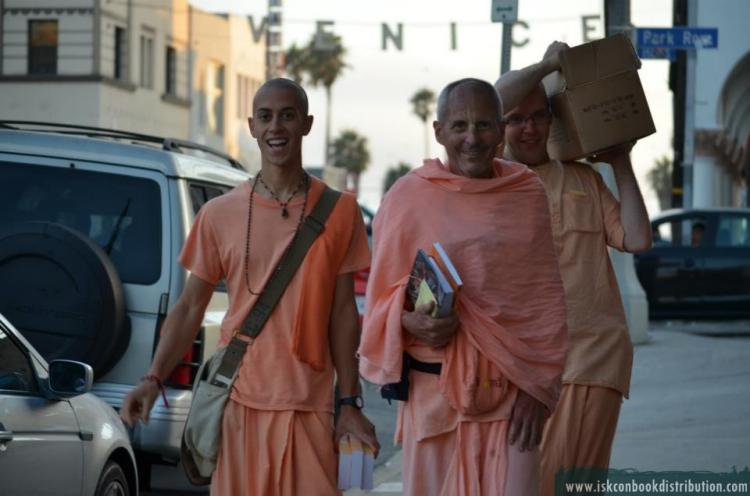 Kavichandra Swami lleva devotos en la distribución de libros en Hollywood, California