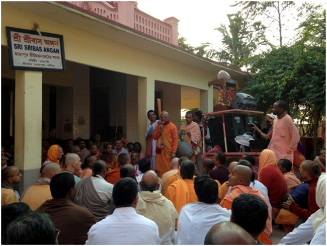 Lokanatha Swami explicando las glorias del Santo Dham.