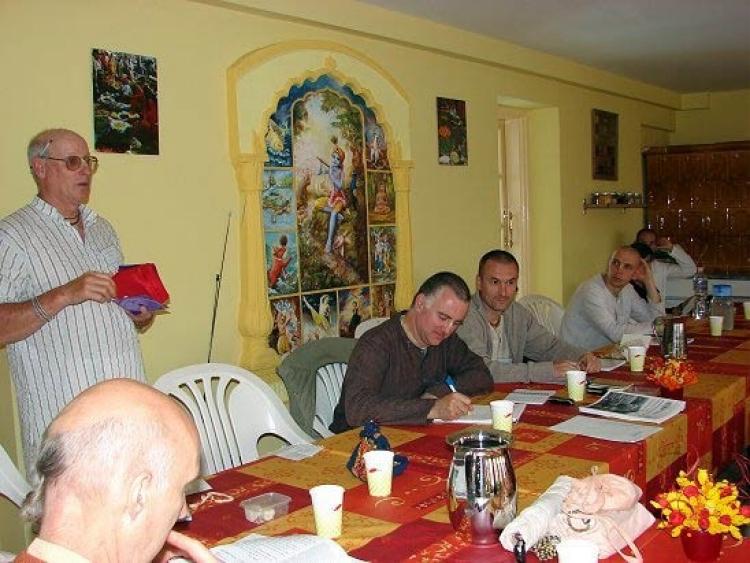 Syamasundara Das (centro, escribiendo) en la primera conferencia anual de la granja ISKCON en 2008 en Krishna-valle, Hungría.
