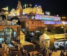 En la Sagrada Tierra de Vrindavan, Musulmanes visten la Deidad del Señor Krishna