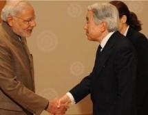 El primer ministro indio regala 'Bhagavad Gita' al emperador de Japón