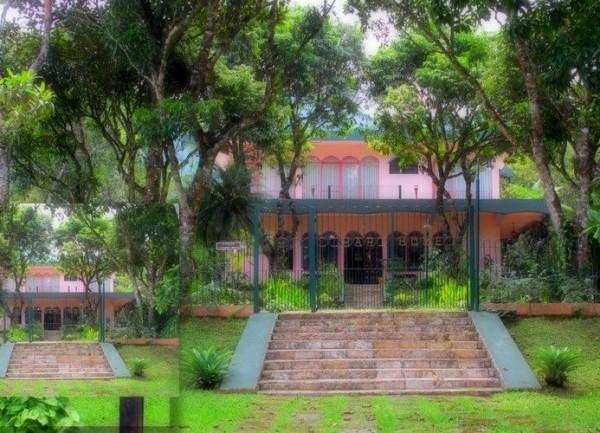 "Una hermosa casa de color rosa …""Srila Prabhupada memorial"""