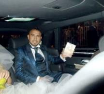 MUNDO< El astro futbolístico Arturo Vidal, recibe un Bagavad-Gita el día de su Boda>