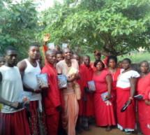Jefe de una Tribu de Nigeria, Invita a devotos a predicar en su tradicional casa de hierbas medicinales