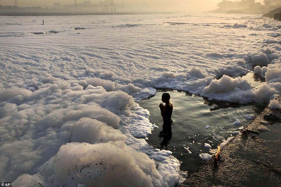 Las aguas contaminadas con espumas químicas del Yamuna semejan a un río invernal