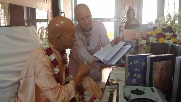 FOTONOTICIAS: Presentan ante Murti de Srila Prabhupada, la nueva Edición del Bhagavatam en español.