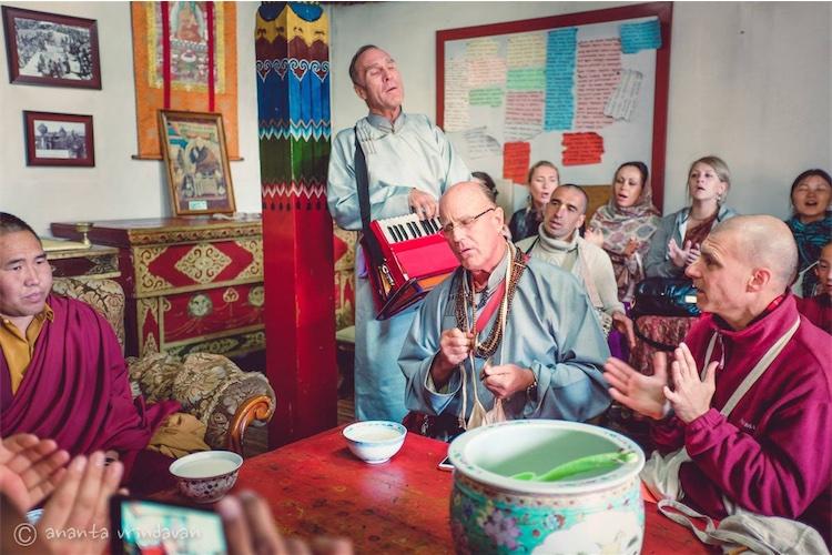 Bada hari Das prabhu realiza un kirtan en el templo budista de Mongolia