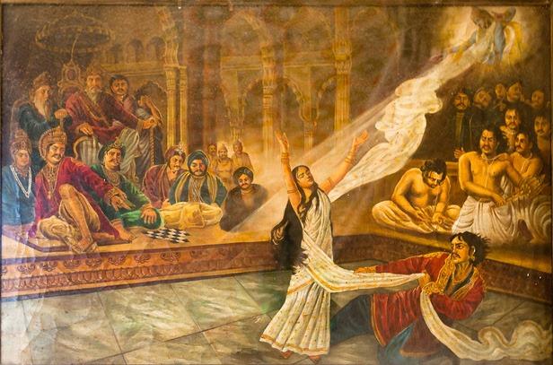 La casta Drupadi ofendida por la corte de los Kurus, dio inicio a la Batalla de Kurukshetra