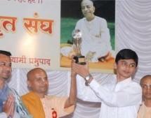 Estudiante Musulman gana el Primer Premio en el Concurso de Gita en Kohalpur, India