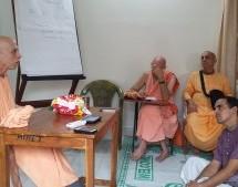 Clases de Bhagavatam para hispanohablantes en Sridham Mayapur