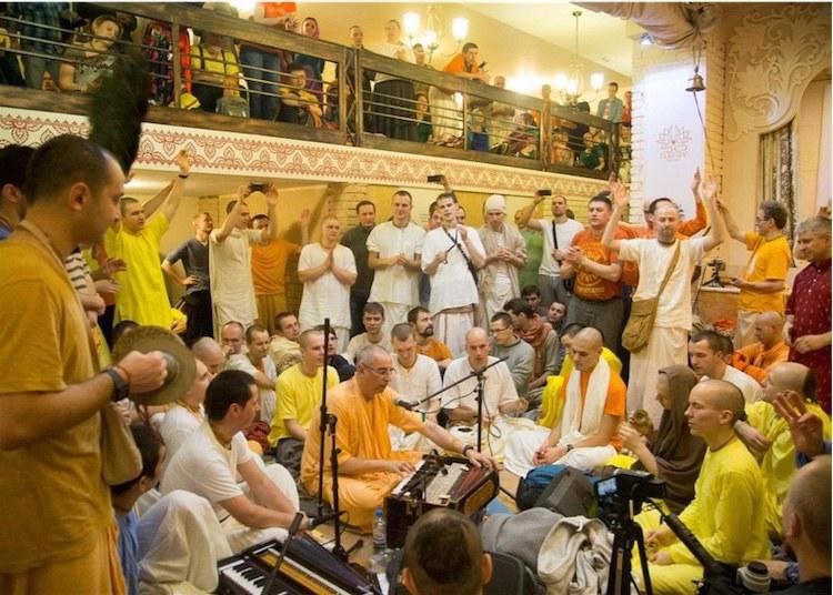 Niranjana Swami canta en la reciente Moscú Kirtan Mela