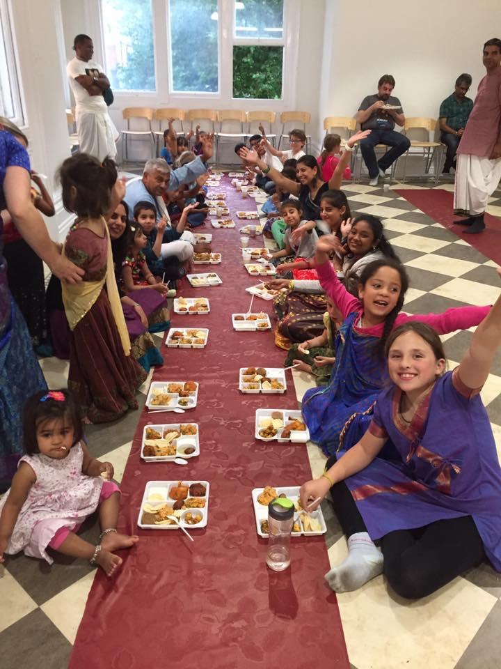 Al final la infaltable fiesta de la misericordia, el prasadam de Krishna