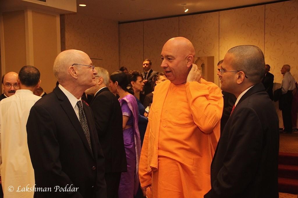 Su Santidad Bhakti marga swami junto a invitados VIP