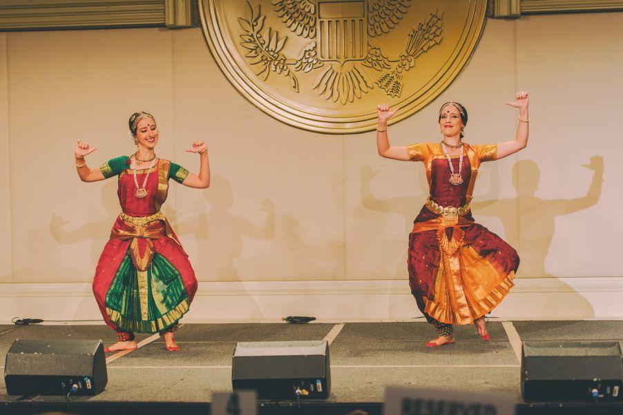 Anapayini y Kumari presentando Bharatanatyam