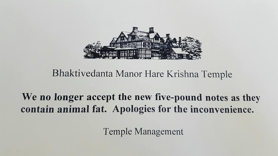 EL Cartel en la puerta del Bhaktivedanta Manor anunciando la prohibición de aceptar los nuevos billetes de 5 libras con grasa animal