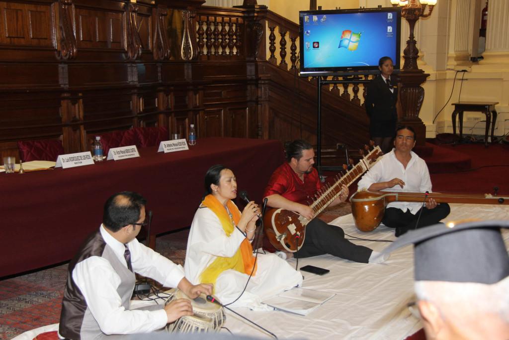Li XIn Chen embajador cultural de China cantando el maha mantra Hare Krishna